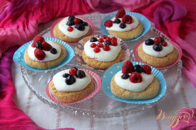 Фото приготовление рецепта: Oregano - Shortcakes  с ягодами шаг №10