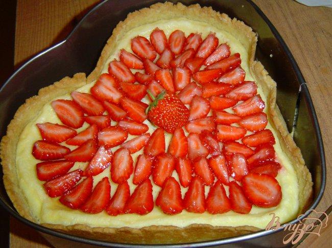 Фото приготовление рецепта: Клубничный торт со сметанным суфле шаг №8