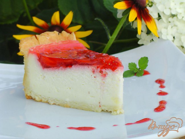 Фото приготовление рецепта: Клубничный торт со сметанным суфле шаг №10