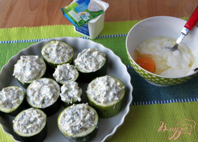 Фото приготовление рецепта: Цукини, фаршированные творогом шаг №3