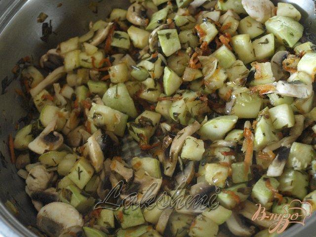 Фото приготовление рецепта: Орзотто с грибами, кабачками и курицей по-домашнему шаг №3
