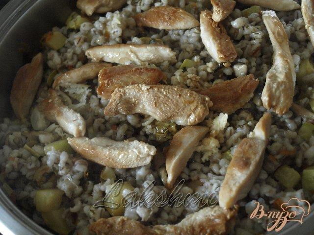 Фото приготовление рецепта: Орзотто с грибами, кабачками и курицей по-домашнему шаг №4