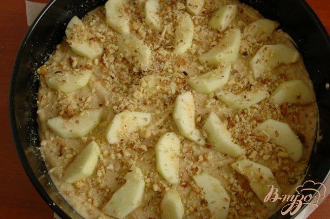 Фото приготовление рецепта: Яблочный пирог с корицей и кардамоном шаг №4