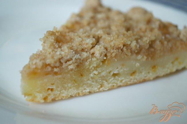 Фото приготовление рецепта: Яблочный пирог с карамельной крошкой шаг №4