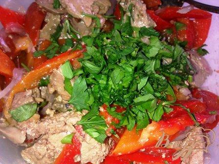 Теплый салат с куриной печенью и запеченым перцем