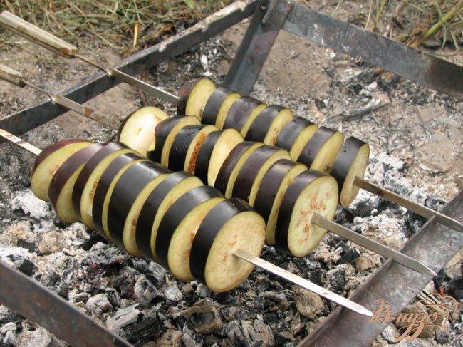 Фото приготовление рецепта: Баклажаны на мангале шаг №3