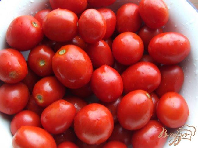 Фото приготовление рецепта: Маринованные помидоры с виноградом шаг №2