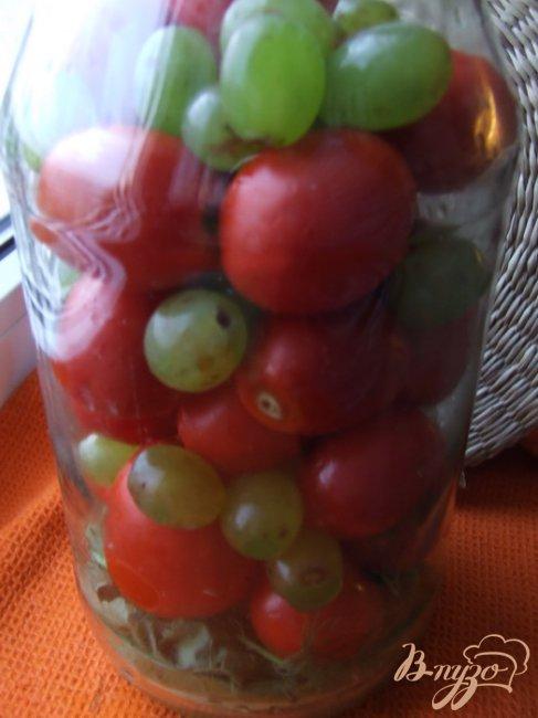 Фото приготовление рецепта: Маринованные помидоры с виноградом шаг №3