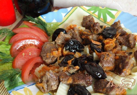 Фото приготовление рецепта: Говядина тушеная с черносливом шаг №4