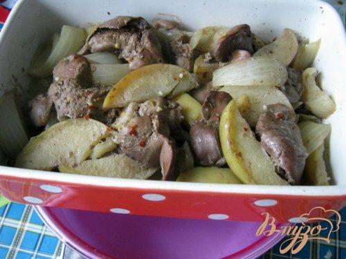 Куриная печень с яблоками.