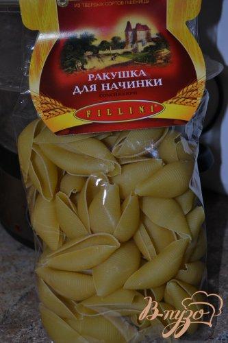 Фаршированные ракушки под грибным соусом.