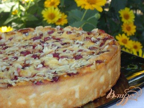 Вишнево-творожный пирог с миндалем