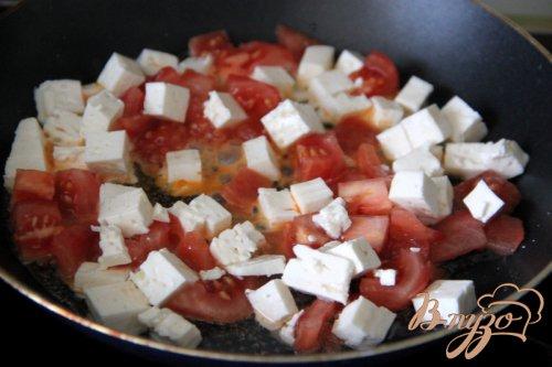 Яичница-болтунья с помидорами и фетой