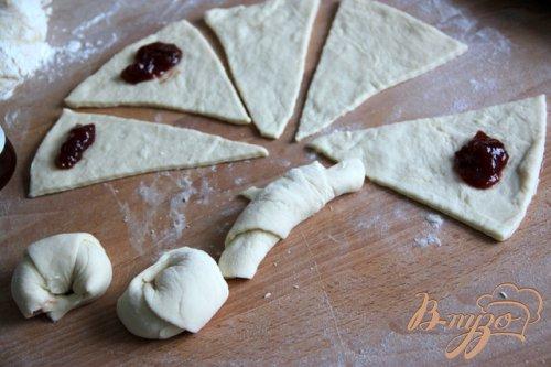 Творожно-дрожжевое тесто на сыворотке и сладкие рогалики с джемом
