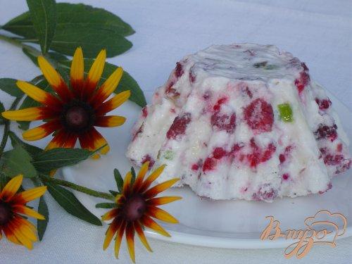 Малиновый десерт с цукатами и орехами
