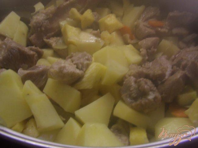 Фото приготовление рецепта: Рагу из индейки с репой и зеленым горошком шаг №4