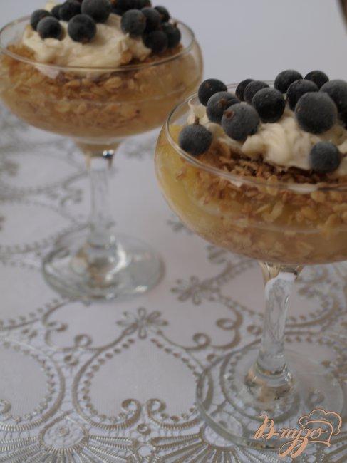 Фото приготовление рецепта: Яблочный десерт с чёрной смородиной шаг №5