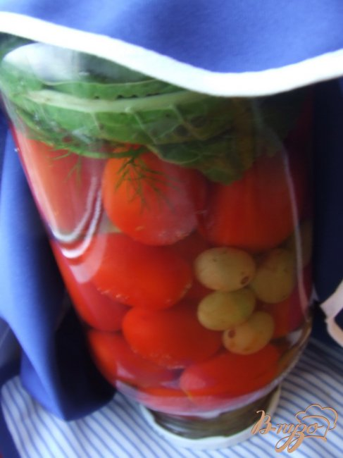 Фото приготовление рецепта: Маринованные помидоры с виноградом шаг №5