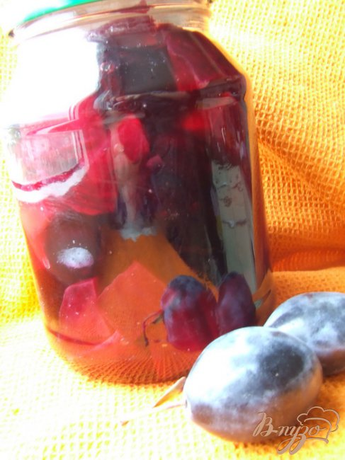 Фото приготовление рецепта: Сливы, маринованные со свеклой (кусочками) шаг №4