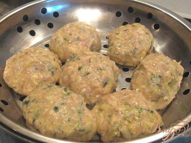 Фото приготовление рецепта: Котлеты  кабачковые с мясом на пару шаг №3
