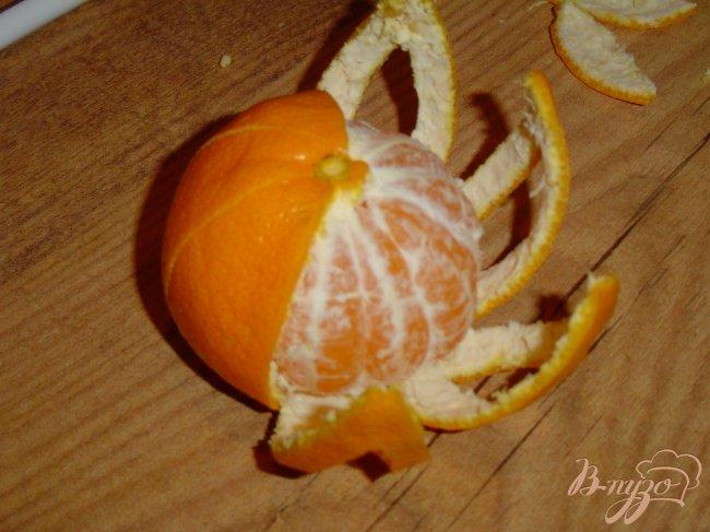 Фото приготовление рецепта: Цветок из мандарина шаг №3