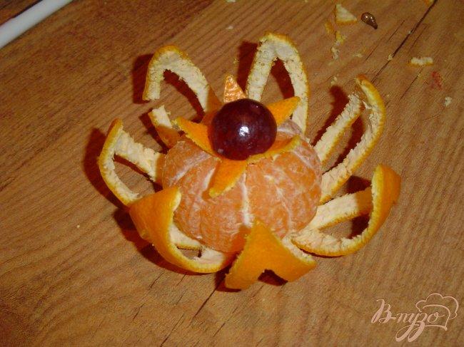 Фото приготовление рецепта: Цветок из мандарина шаг №4