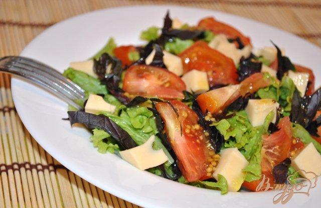 Фото приготовление рецепта: Салат с помидорами и моцарелой шаг №5