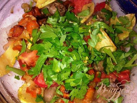 Салат теплый с овощами и куриными сердечками
