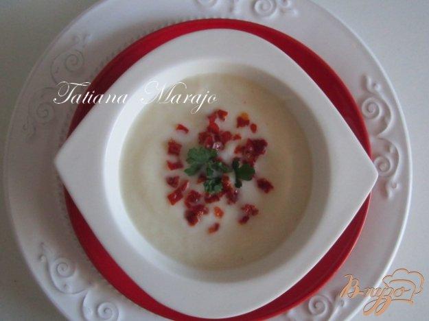 фото рецепта: Суп-пюре из цветной капусты с кусочками чоризо..