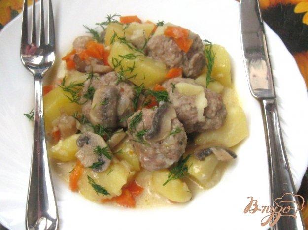Рецепт Тефтели с картофелем и грибами в сметанном соусе
