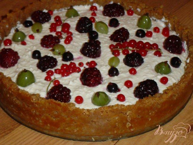 Фото приготовление рецепта: Чизкейк с летними ягодами шаг №4