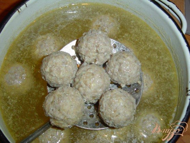 Фото приготовление рецепта: Суп с грибами и фрикадельками шаг №4