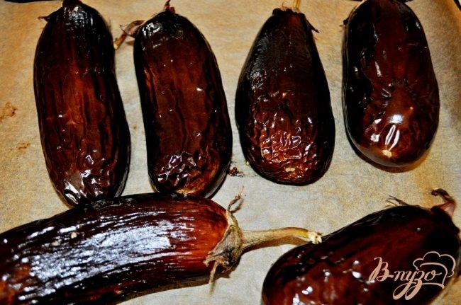 Фото приготовление рецепта: Запечённые баклажаны, фаршированные курицей шаг №3