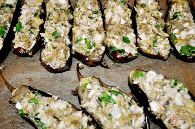 Фото приготовление рецепта: Запечённые баклажаны, фаршированные курицей шаг №6