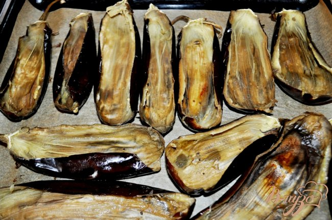 Фото приготовление рецепта: Запечённые баклажаны, фаршированные курицей шаг №4