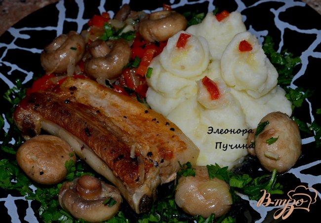 Фото приготовление рецепта: Свиная грудинка с шампиньонами. шаг №4