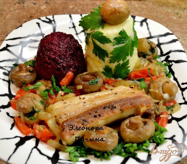 Фото приготовление рецепта: Свиная грудинка с шампиньонами. шаг №5