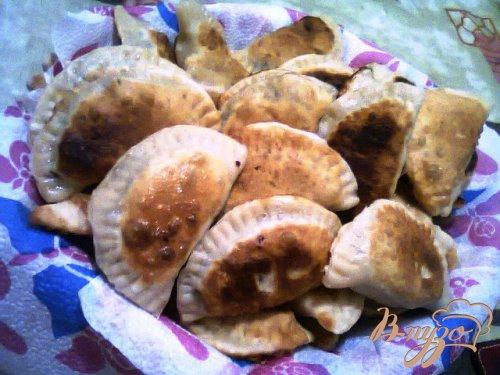 Чебуреки с грибами, сыром и зеленым луком.