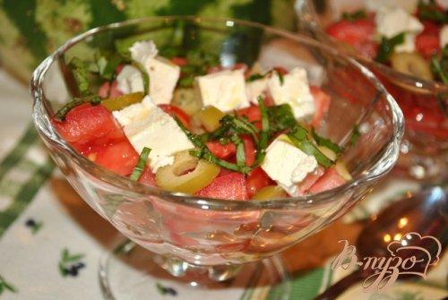 Салат с арбузом, фетой и оливками