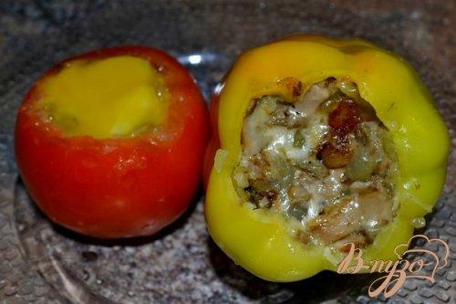 Фаршированный перец и помидор грибами.