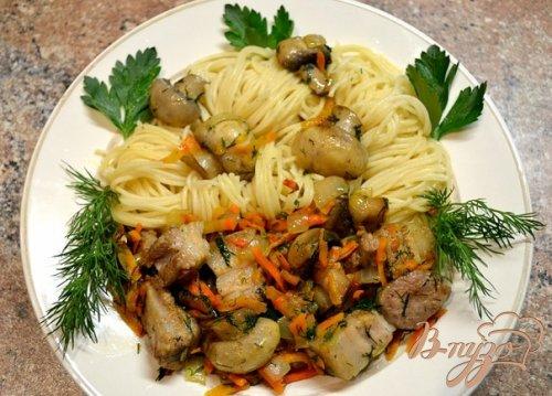 Спагетти со свининой и свежими шампиньонами.