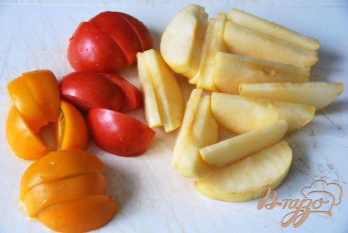 Салат из томатов и яблок под острой сметанной заливкой