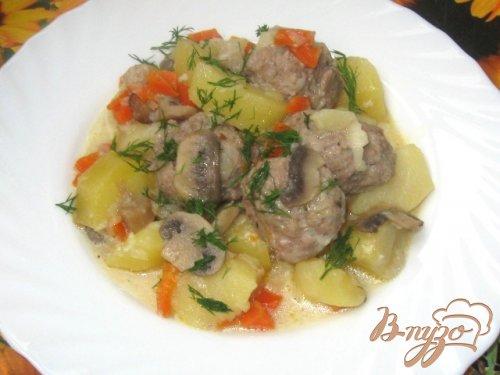 Тефтели с картофелем и грибами в сметанном соусе