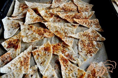 Персиковая сальса с пряными чипсами из лаваша