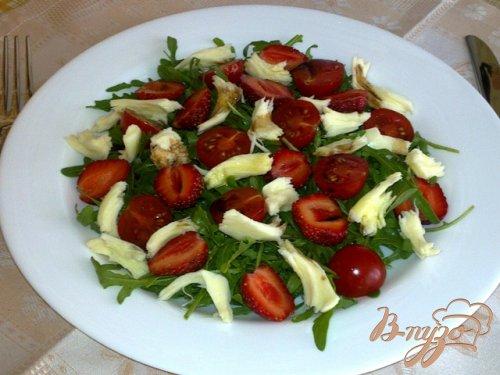 Салат с клубникой, моцарелой и помидорами черри