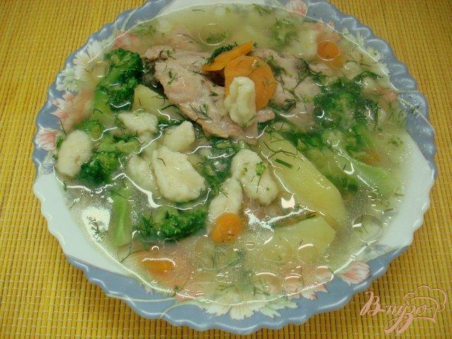 Фото приготовление рецепта: Куриный суп    с брокколи и клёцками. шаг №5