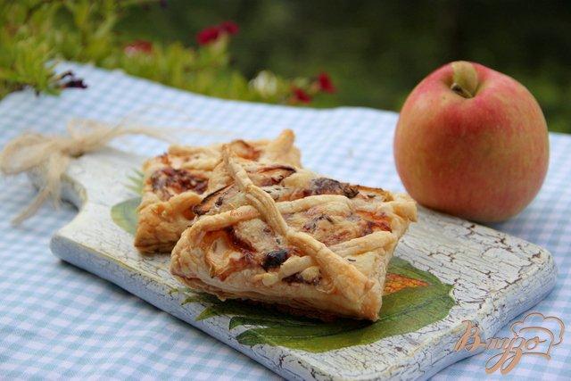 Фото приготовление рецепта: Слойки с яблоком, сыром и тмином шаг №4