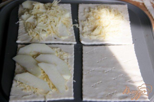 Фото приготовление рецепта: Слойки с яблоком, сыром и тмином шаг №3