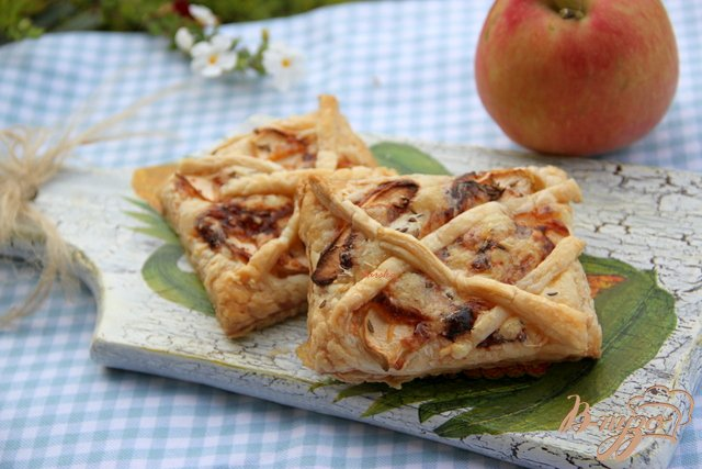 Фото приготовление рецепта: Слойки с яблоком, сыром и тмином шаг №5