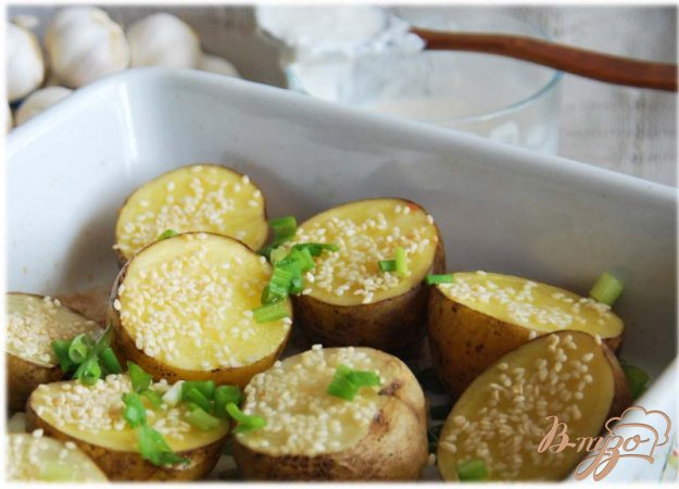 Рецепт Картофель, запеченный с чесноком и кунжутом, со сметанным соусом